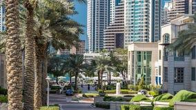 Springbrunnen och gömma i handflatan timelapse på marina går, under dagtid Dubai UAE lager videofilmer