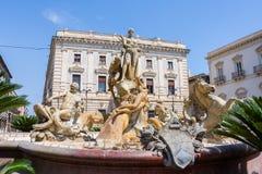 Springbrunnen på den fyrkantiga Archimedesen i Siracusa I mitten Royaltyfri Foto