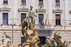 Springbrunnen på den fyrkantiga Archimedesen i Siracusa I mitten Arkivbilder