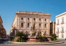 Springbrunnen på den fyrkantiga Archimedesen i Siracuse Royaltyfri Fotografi