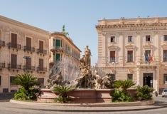 Springbrunnen på den fyrkantiga Archimedesen i Siracuse Royaltyfria Foton