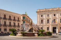 Springbrunnen på den fyrkantiga Archimedesen i Syracuse Fotografering för Bildbyråer