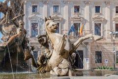 Springbrunnen på den fyrkantiga Archimedesen i Syracuse Royaltyfria Foton