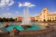 Springbrunnen på en central fyrkant royaltyfri fotografi