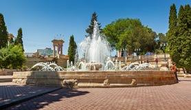 Springbrunnen på Kurortniyen (Glavny) parkerar ingången Arkivbilder