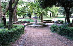 Springbrunnen på parkerar royaltyfri fotografi
