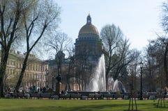 Springbrunnen p? den huvudsakliga ing?ngen till den Amiralitetet byggnaden i St Petersburg Folket g?r omkring arkivbild