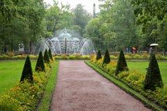 Springbrunnen solen och fågelaviariet i trädgården av lägre parkerar Royaltyfri Foto