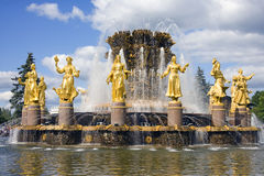 Springbrunnkamratskap för Moskva VDNH av folksymbolet Royaltyfria Bilder