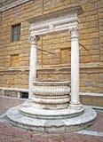 Springbrunnmonument bredvid väggen Royaltyfri Foto