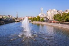 SpringbrunnObvodnoi kanal i Moskva Arkivbild