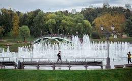 Springbrunnshowen inre Tsaritsyno parkerar Royaltyfria Bilder