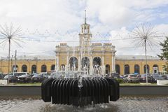 Springbrunnslut upp mot bakgrunden av byggnaden av j?rnv?gsstationen Yaroslavl-Glavny royaltyfria bilder