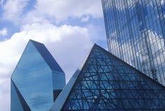 Springbrunnställe och brunnFargo Bank byggnad i Dallas, TX mot blå himmel Royaltyfria Bilder