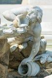Springbrunnstaty framme av den Schönbrunn slotten Wien royaltyfri bild