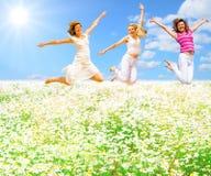 Springen über Blumenfeld Stockfoto