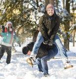 Springen über eine andere Person in der Winterzeit lizenzfreies stockbild
