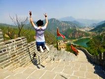 Springen auf Abschnitt der Huanghuacheng-Seeufer-Chinesischen Mauer Stockbild
