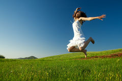 Springen auf das Feld Stockfoto