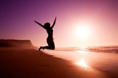 Springen auf den Strand Stockbilder