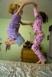 Springen auf ein Bett Lizenzfreies Stockbild