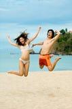 Springen auf Strand Stockfotografie