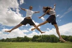 Springen in das Gras Stockfoto