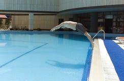 Springen in das Pool Lizenzfreie Stockfotografie