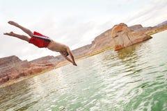 Springen in das Wasser und Spielen im See Lizenzfreies Stockbild