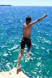 Springen in den blauen Ozean lizenzfreies stockfoto