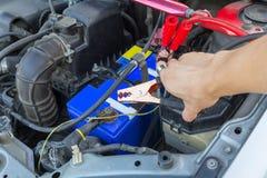 Springen der Autobatterie für die Aufladung stockbilder