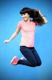 Springen der jungen Frau Stockfoto