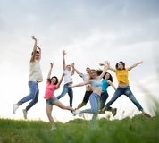 Springen der jungen Leute lizenzfreies stockfoto