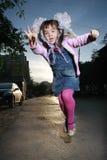 Springen des kleinen Mädchens Lizenzfreie Stockbilder