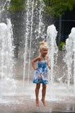 Springen des kleinen Mädchens Lizenzfreie Stockfotos