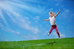 Springen des kleinen Mädchens Stockfoto