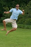 Springen in einer Luft mit Aufregung und Glück Lizenzfreie Stockfotos