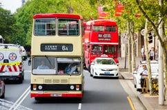 Springen för service för buss för Kowloon dubbeldäckaretappning i Sydney Det ` s en special service endast på den Australien dage arkivfoton