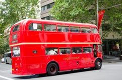 Springen för service för buss för tappning för London transport den röda på Liverpool St i Sydney arkivbilder