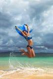 Springen mit blauem Schal Stockbild
