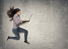 Springen mit Laptop Stockfotografie