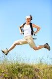 Springen mit Rucksack Lizenzfreie Stockfotos