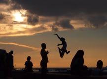 Springen Sie in das Meer in Sansibar Stockbilder