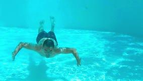 Springen Sie in das Pool stock footage