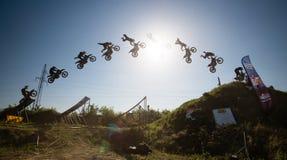 Springen Sie die Reihenfolge des FMX Mitfahrers Trick durchführend Stockbild