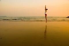 Springen Sie für die Sonne Lizenzfreie Stockfotografie