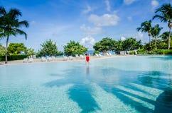 Springen Sie für Freude - enormes Pool - St. Maartin stockbilder