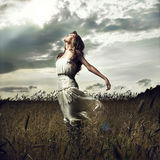 Springen Sie Frauen auf dem Weizengebiet Stockbilder