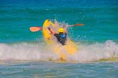 Springen Sie Kajak durch Welle Stockfotografie