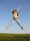 Springen Sie Mädchen mit dem Haar auf Himmel 2 Stockbild